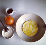 Ricette colazione: yogurt, succo di mele e carote, frittatina per iniziare con il pieno divitamine