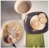 La colazione è piena di energia ma leggera con caffelatte ecrepes!